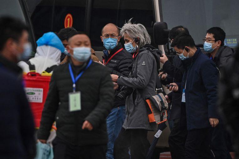 Het WHO-team, onder wie Marion Koopmans, arriveert bij een dierenmarkt in Wuhan. Beeld AFP