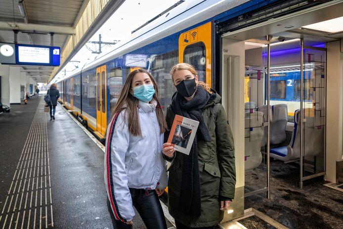 Studenten Dana (links) en Ilja schrijven een boek over seksuele intimidatie in de trein