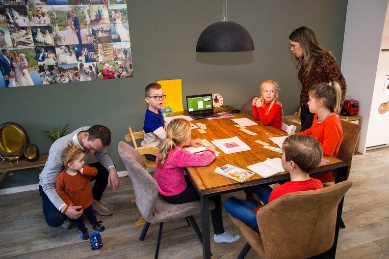 Miranda geeft in de ochtenden thuis les aan haar dochter en vier andere kinderen uit de zelfde klas. Beeld Arie Kievit