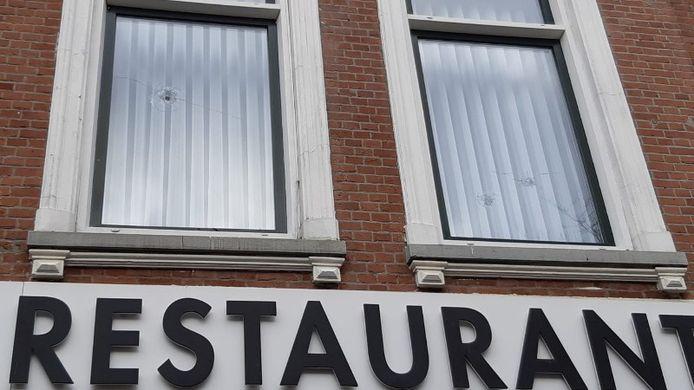 Maandagochtend vroeg vlogen de kogels door de ruiten boven het restaurant aan de Nieuwe Binnenweg.