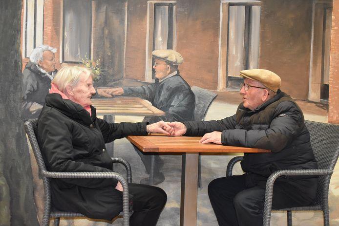 De muurschildering toont bewoners van 't Dijkhuis en dat levert veel gesprekstof op.