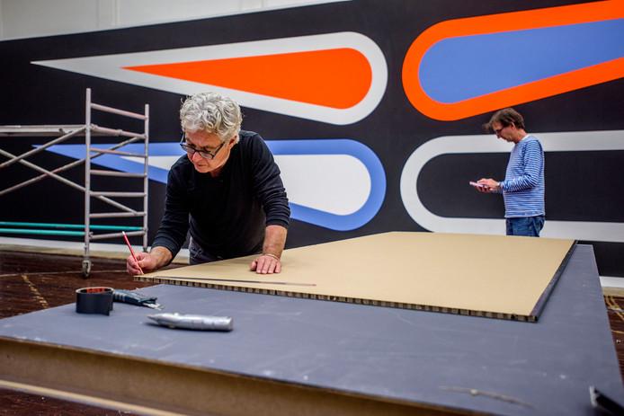 Beat Zoderer aan het werk in PARK. Op de achtergrond de muurschildering van Jan van der Ploeg. Foto Tom Valstar/BeeldWerkt