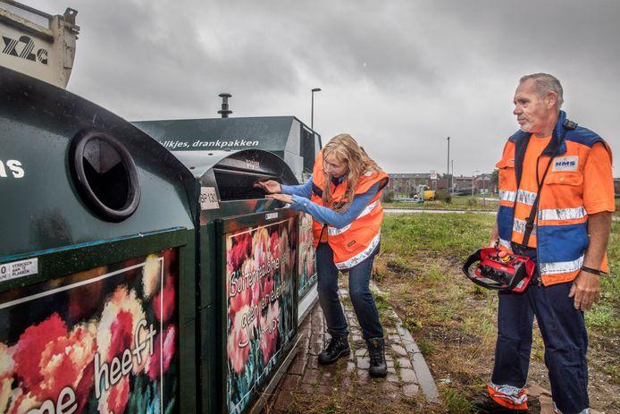 Archiefbeeld ter illustratie: Kees haalt ondergrondse en bovengrondse vuilcontainers op en wethouder Liesbeth van Tongeren komt een kijkje nemen