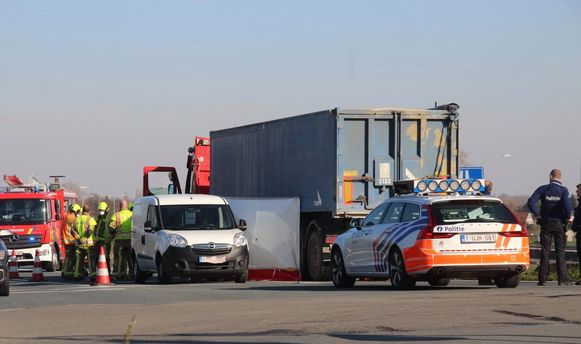 De trucker sloeg rechtsaf, maar had niet in de gaten dat de fietser rechtdoor reed.