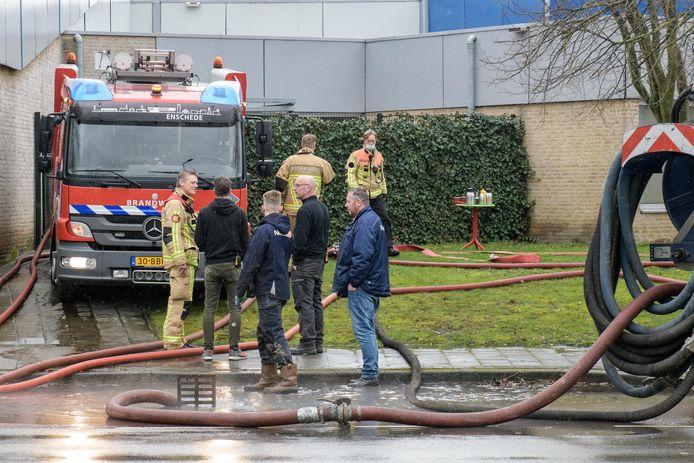 De brandweer pompt het water uit de ondergelopen kelder van het zwembad met technische installaties naar het riool.