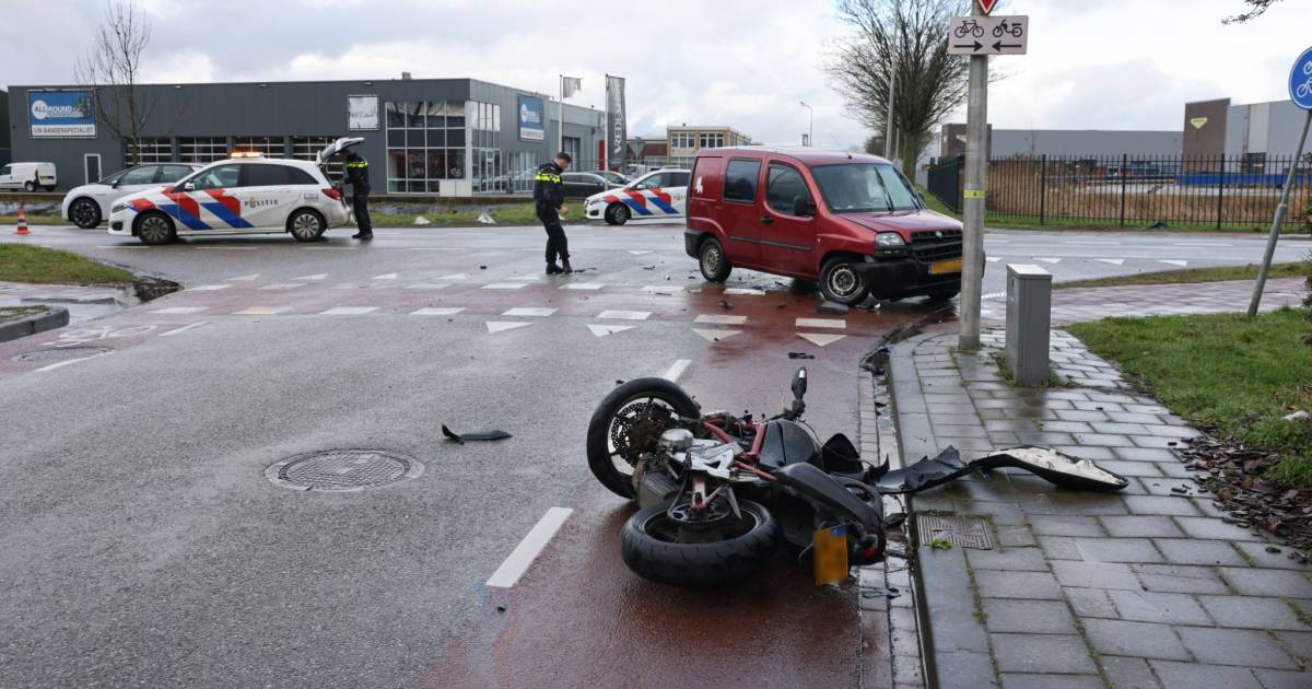 Motorrijder belandt gewond in de greppel na botsing met auto in Kampen.