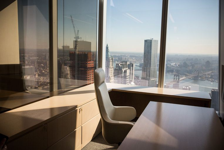 NEW YORK, NY - NOVEMBER 03: A model office, used to exhibit what a business space could look like, is seen on the 63rd floor of One World Trade Center, which opens for business today, on November 3, 2014 in New York City. The skyscraper is 104 stories tall and cost $3.9 billion; it opens more than 13 years after the terrorist attacks of September 11, 2001, destroyed the original World Trade Center buildings. Officials say the building is currently at 60% occupancy, with Conde Nast as one of the first major tenants to move in.   Andrew Burton/Getty Images/AFP == FOR NEWSPAPERS, INTERNET, TELCOS & TELEVISION USE ONLY == Beeld AFP