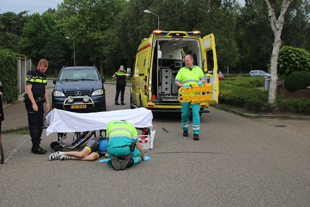 De wielrenner moest per ambulance naar het ziekenhuis worden gebracht.