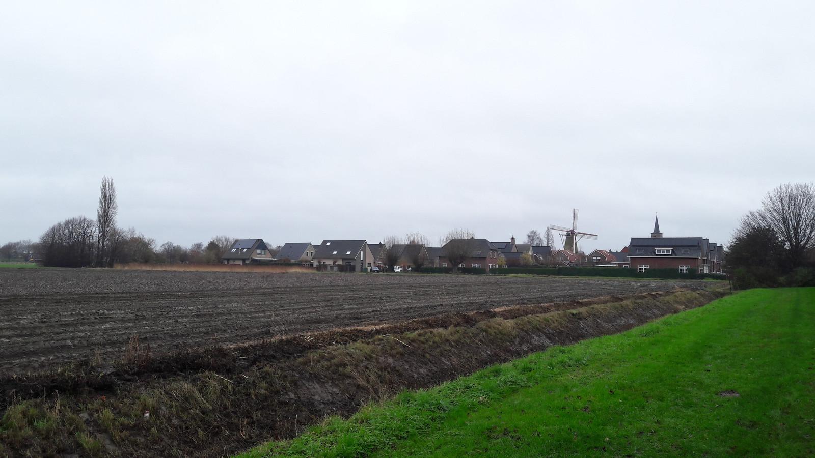 Windlust 2 aan de uiterste westkant van Hoek, het braakliggend stuk grond waar onder meer een nieuwe basisschool en dorpshuis zijn gepland.