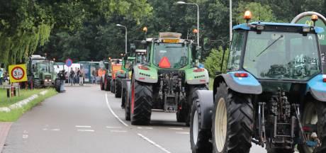Tientallen boeren met trekkers door Barneveld, Terschuur, Nijkerk en Bunschoten voor stikstofprotest