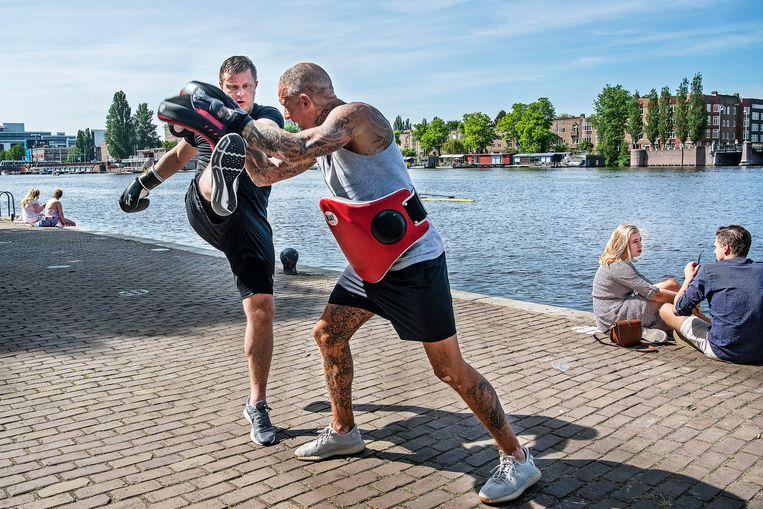 Privé kickboksles op de Weesperzijde in Amsterdam in plaas van naar de sportschool. Beeld Guus Dubbelman / de Volkskrant