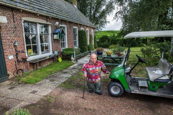Hugo Schortinghuis (1950-2019) was een van de laatste bewoners van Dwarsdijk 21, de oude smederij. Na hem woonde ook presentator Twan Huys er nog.