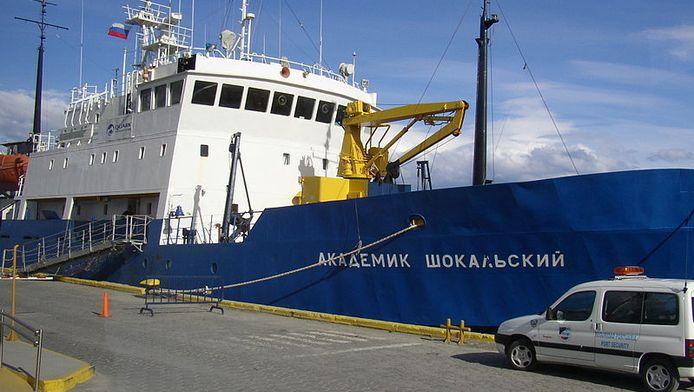 De Akademik Shokalskiykan aan de kade.
