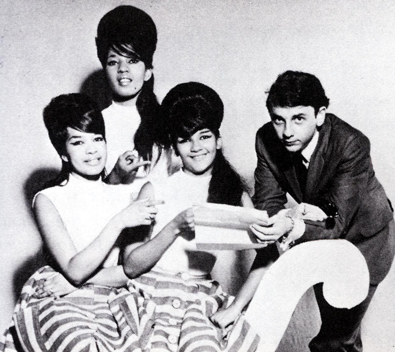 Producer Phil Spector samen met The Ronettes. Zijn huwelijk met zangeres Veronica Bennett omschreef zij als 'psychologische foltering'. Beeld Redferns
