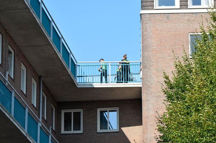 Een verdachte had zich verstopt op het dak van een flat.
