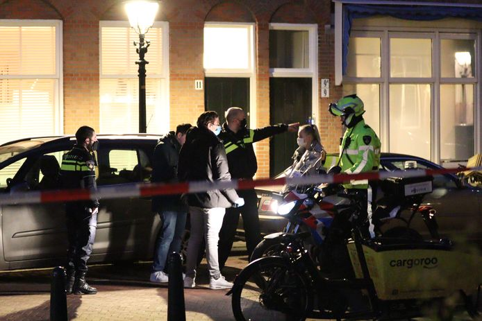 De politie is op zoek naar twee mannen die de overval in de Haagse Archimedesstraat zouden hebben gepleegd.