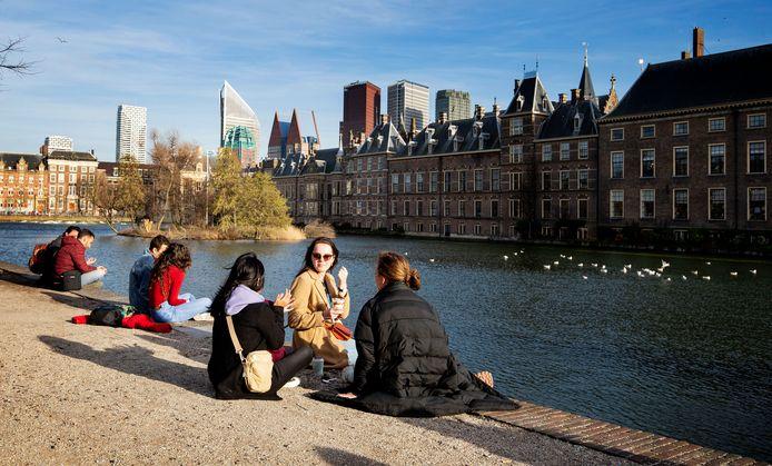Bewoners en bezoekers chillen langs de Hofvijver.