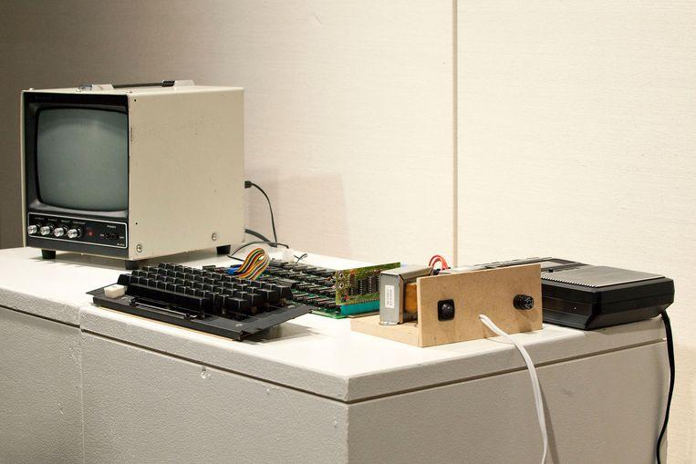 Een vroeg model van een Apple-computer, uit 1976. Beeld anp