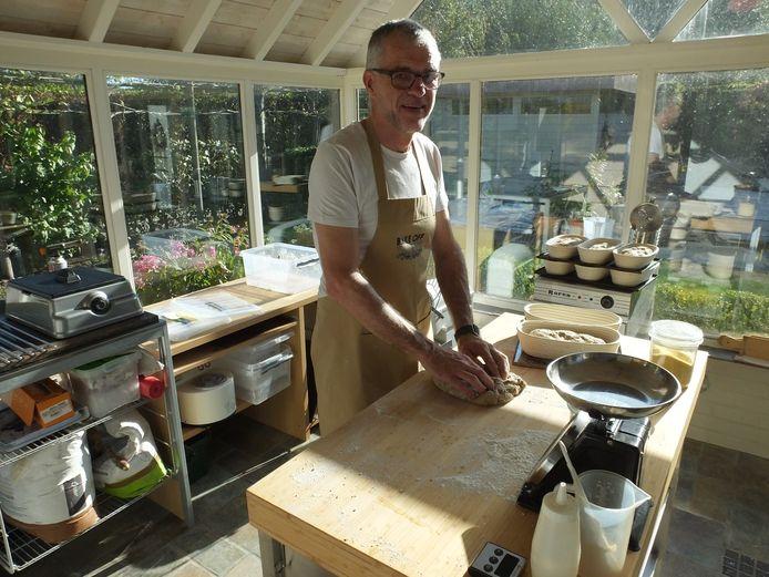 Hans Martens thuis in Nazareth aan het werk in zijn microbakkerij.