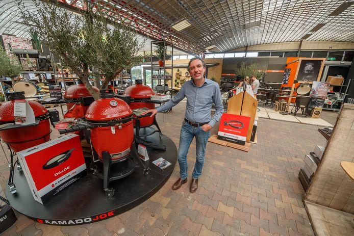 Intratuin Halsteren gaat met 1150 vierkante meter uitbreiden om tuinmeubelen en barbecues beter te kunnen presenteren. 'Winkelen is een uitje, klanten willen beleving. Daar is ruimte voor nodig', weet bedrijfsleider Jan Willem Egas.