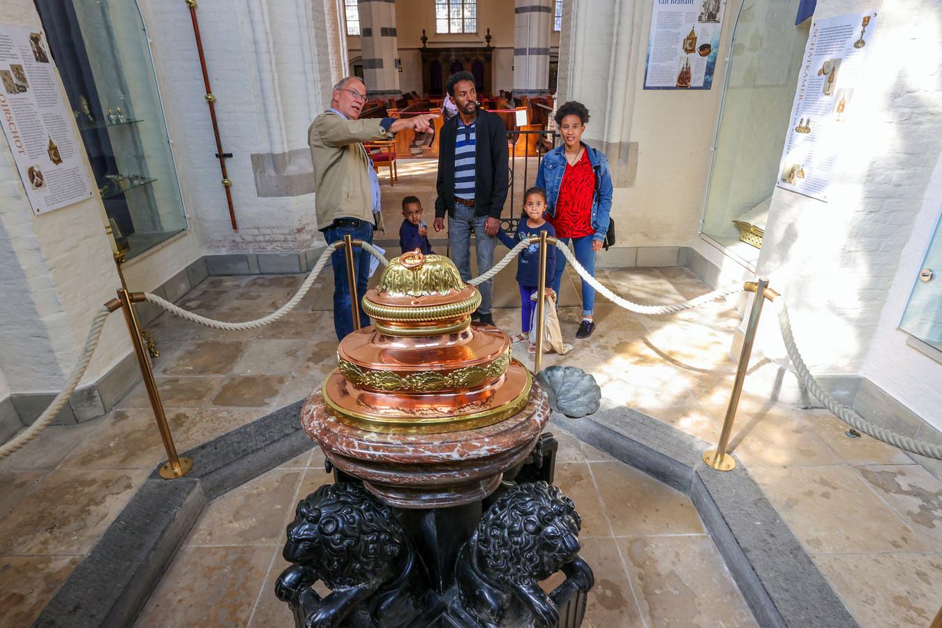 Tijdens Open Monumentendag in Oirschot krijgen Eritrese koptische christenen een rondleiding in de Sint-Petrusbasiliek  door Jan Suijkerbuijk (links).
