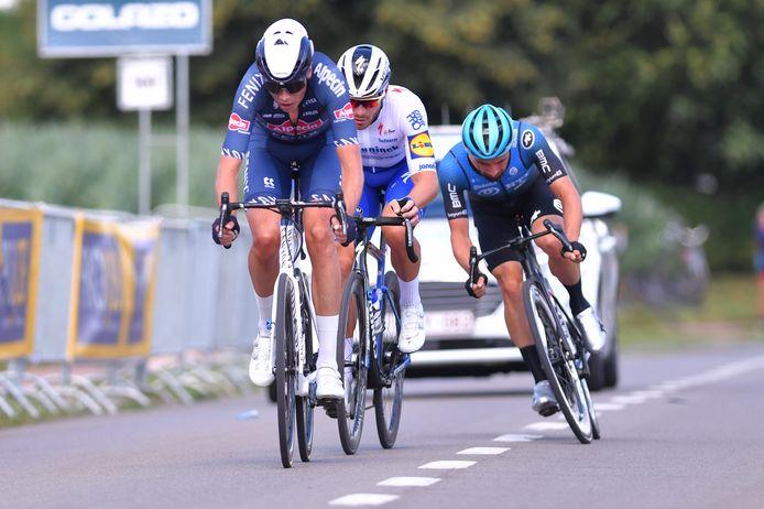 Oscar Riesebeek (links) vormt met de latere winnaar Florian Senechal  (midden) en Victor Campenaerts  de kopgroep in de Grote Prijs Vermarc Sport.