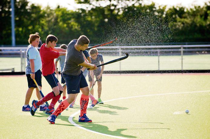 Op een waterveld rolt de bal anders, dus moeten de spelers zich ook aanpassen. Daarom is het belangrijk veel te oefenen.