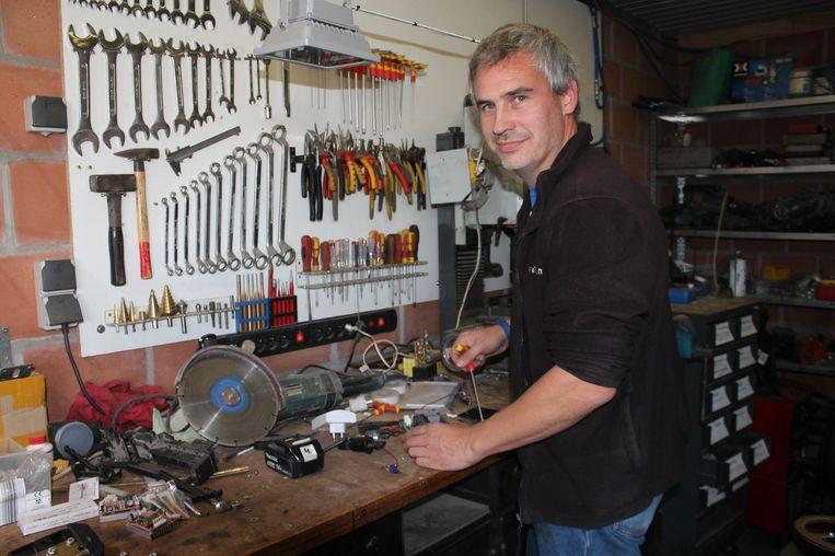 Ronald Van Ham in zijn atelier. Maandag is de ingenieur opnieuw te zien in het Canvas-programma Team Scheire.