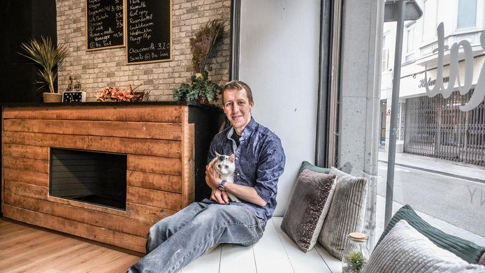 Kristof Leroy, hier met zijn eigen kat Random, in B'Aristokat in de Onze-Lieve-Vrouwestraat 9