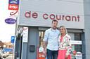 Romina Deschamps nam krantenwinkel De Courant over en begint er maandag aan. Met op zaterdagmorgen de hulp van haar partner Bart Degraeve