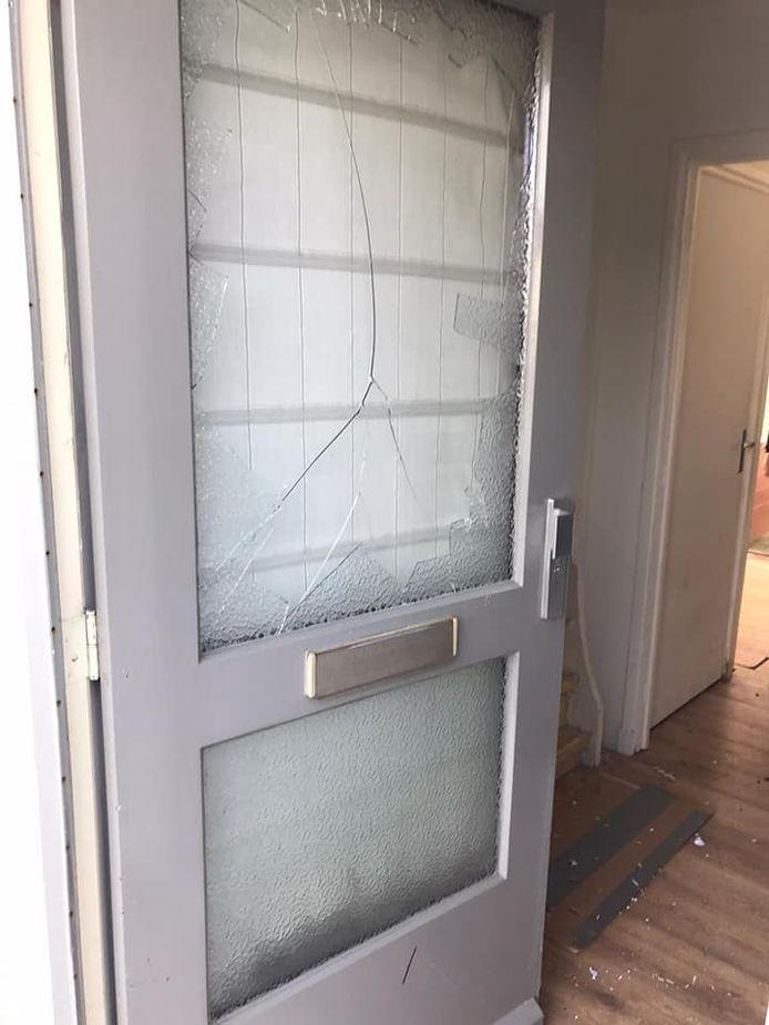 In de woning van Marina van Esch in Valkenswaard werd vrijdagmiddag zwaar vuurwerk naar binnen gegooid.