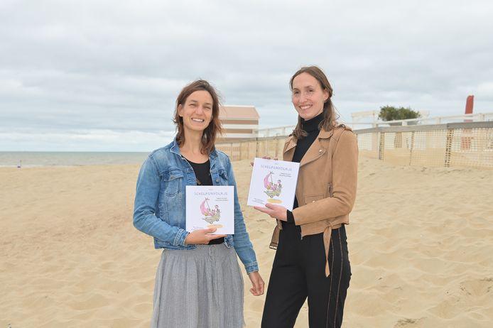 Sarah en Heleen stellen op het strand hun eerste kinderboek voor.