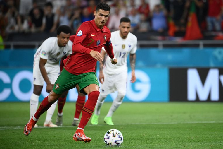 Ronaldo scoorde twee keer uit een strafschop tegen Frankrijk en kwam op 109 interlandgoals.  Beeld AFP