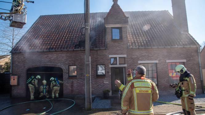 Woning in Serskamp onbewoonbaar na zware brand in garage. Twee hondjes gered.