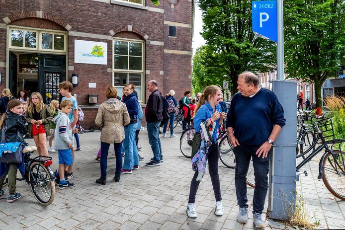 Directeur van de Jenaplanschool Wittevrouwen Jaap Nelissen (r) bij de parkeerautomaat voor de ingang van de school aan de Poortstraat in Utrecht.