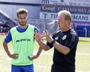FC Den Bosch-trainer Wil Boessen geeft uitleg aan zijn nieuwe spits Rauno Sappinen.