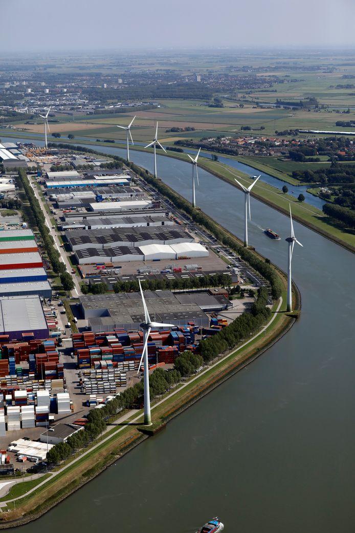 (C)Roel Dijkstra-Vlaardingen  Alle geluid bij elkaar opgeteld van de bedrijven (en de windmolens) kan te veel zijn om nog verantwoord huizen er tegenover te bouwen in Geervliet en Heenvliet