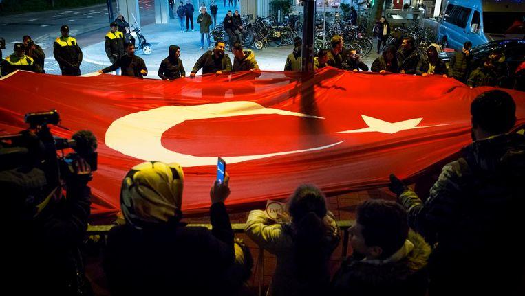 16 april: Turkse Nederlanders vieren in het centrum van Rotterdam de uitslag van het Turkse referendum. De Turkse president Tayyip Erdogan heeft volgens de Turkse kiesraad het referendum gewonnen dat hem meer macht moet gaan geven. Beeld ANP