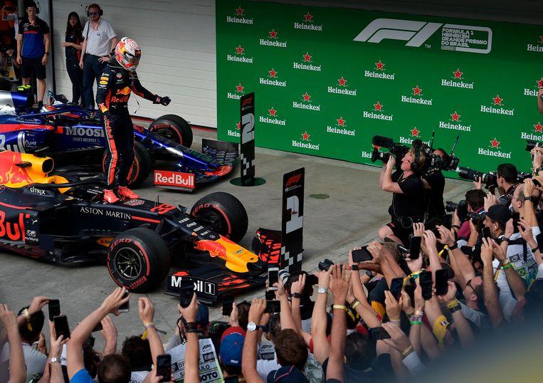 Max Verstappen viert de overwinning. Beeld AFP