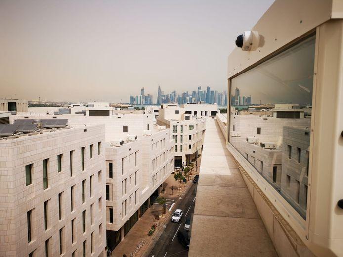 Een van de 27 kasten vol beamers, aircosystemen en andere elektronica die Pronorm installeert op gebouwen in het nieuwe centrum van Doha in Qatar.
