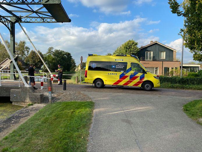 De toegesnelde ambulance nam de gewonde fietser mee naar het ziekenhuis.
