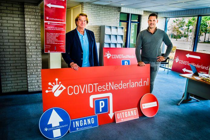 Mart Groenman (rechts) en zijn compagnon Jan Zantinge in het pand van de eerste coronateststraat in Hengelo.