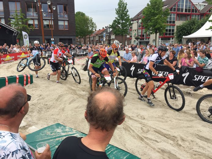 Archieffoto van 2019: De ex-profs met onder andere Erik Breukink ploegen zich door de zandbak heen tijdens de Streetrace in Goirle.