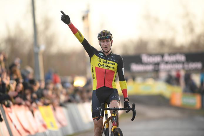 Toon Aerts komt juichend over de finish in Zonhoven.
