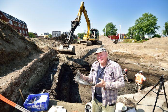Archeologische opgravingen bij de Potterspoort. Archeoloog Marcel van Dasselaar toont een opgegraven koeienkaak.