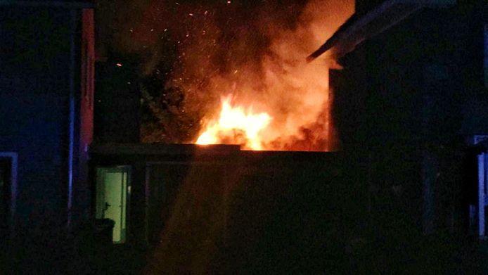 Een schuur aan de Oldenzaalsestraat in Enschede heeft vlam gevat en staat volledig in brand.