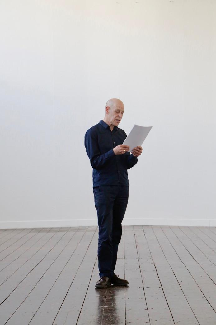 Performance van Toine Horvers bij PARK013. Draaiend om zijn as leest Horvers acht uur lang  teksten van de overleden Tilburgse kunstenaar Hans Stevens.