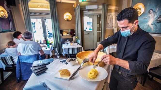 Wereldberoemd om de gedraaide pasta in een grote Parmezaanse kaas