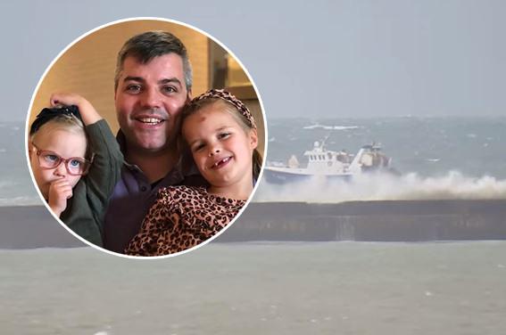 Teunis de Boer met twee van zijn kinderen. De schipper van Urk overleefde gisteravond een hachelijke situatie voor de Franse kust met zijn viskotter.