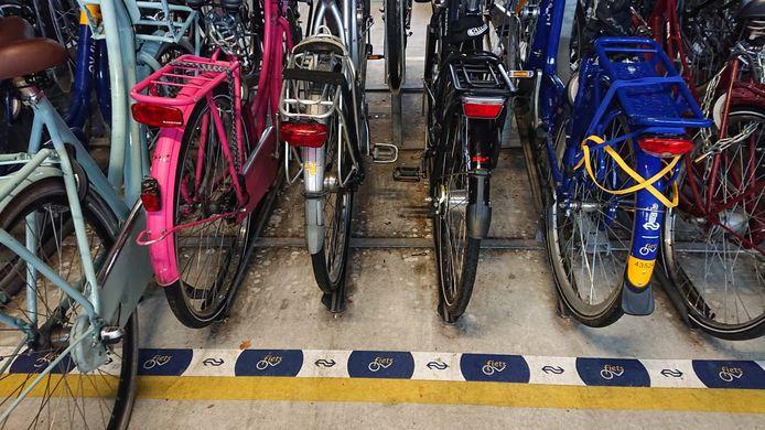 Ook op de plek voor OV-fietsen staan nu reguliere fietsen.